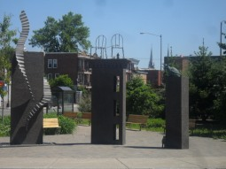L'entrée du Vieux Limoilou est marquée par quelques sculptures qui représentent l'esprit du quartier. Escaliers métalliques, chaises sur les galeries et chats dans les ruelles ...
