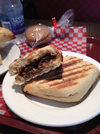 Un délicieux sandwich steak BBQ