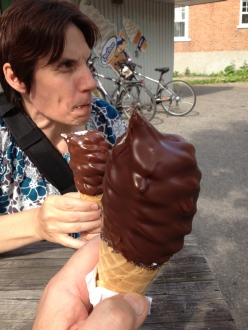 Petite glace molle (petite!) chocolaté (noir) on le saura ...