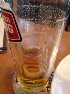 Un shooter de whisky a coulé au fond de ma bière.