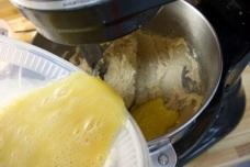 Ajouter les oeufs battus avec la vanille