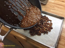 Verser le caramel sur les fruits secs
