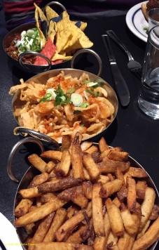 Chili, oignons frits, frites